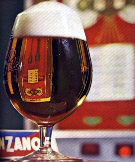 Ein Geldspielgerät wird durch ein Bierglas hindurch betrachtet und dabei optisch verzerrt