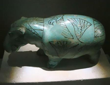 Ähm, unidentifizertes Tier mit einem Fellmuster aus Lotusblüten und Vögeln