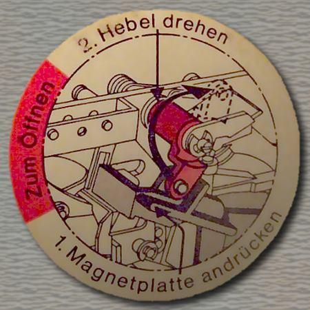 Zum Öffnen 1. Magnetplatte andrücken 2. Hebel drehen
