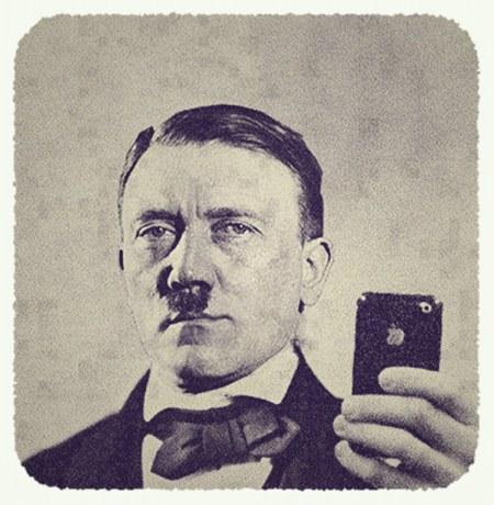 Adolf Hitler fotografiert sich mit seinem iPhone