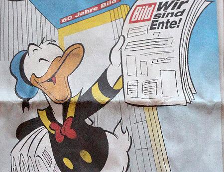 60 Jahre Bild -- Donald Duck verkauft eine Bildzeitung mit der Schlagzeile: Wir sind Ente