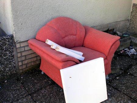 Sessel und demontierter Beistelltisch im Sperrmüll