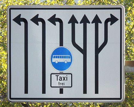 Obskures Verkehrszeichen im Umfeld der Stuttgarter Bahnhofsruinenbaustelle