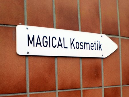 Wegweiser nach rechts mit der Beschriftung: MAGICAL Kosmetik