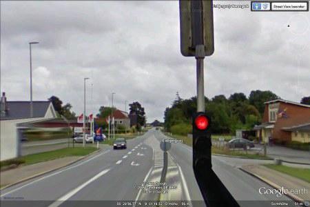 Kleines Problem in der Darstellung bei Google Earth. Eine viel zu große Ampel steht scheinbar mitten auf der Straße