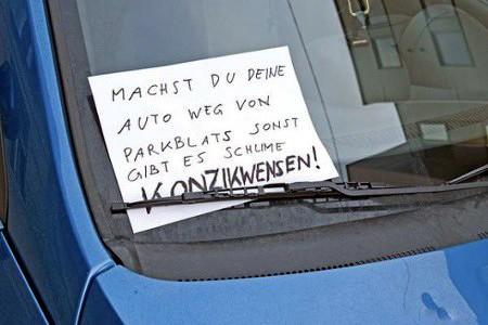 Machst du deine Auto weg von Parkblats sonst gibt es schlime Konzikwensen!