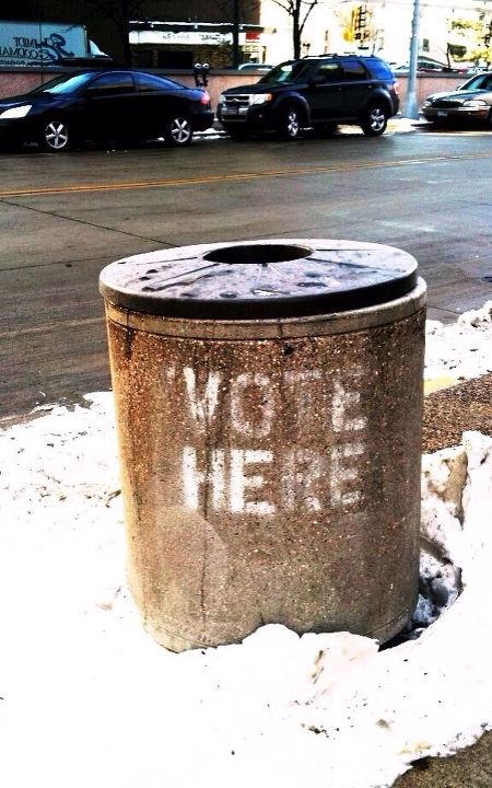 Mülltonne mit Graffito: Vote here!