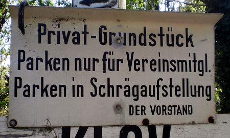 Privat-Grundstück -- Parken nur für Vereinsmitgl. -- Parken in Schrägaufstellung -- DER VORSTAND