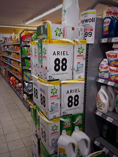 Verpackungen im Supermarkt, Waschmittel, Arier... ähm... Ariel 88