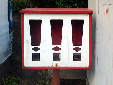 Foto: Leeres, langsam rostendes Gehäuse für drei Kaugummiautomaten