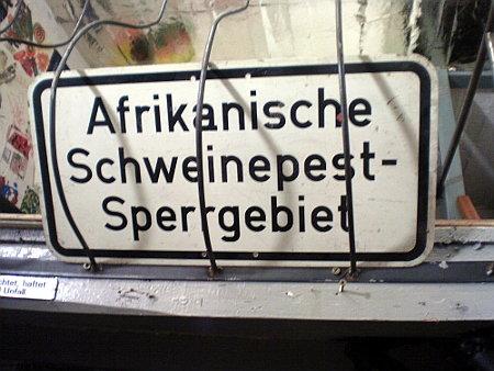 Schild mit der Aufschrift 'Afrikanische Schweinepest-Sperrgebiet'