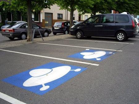 Zwei Parkplätze sind mit einem Piktogramm als Parkplätze für UFOs ausgezeichnet