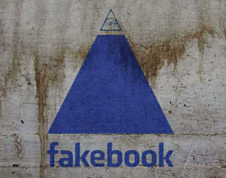 Eine Pyramide mit allsehendem Auge, darunter der Text 'fakebook' in der Schriftart einer bekannten Website
