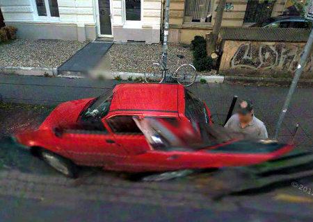 Screenshot aus Google Streetview: Ein Mensch und ein Auto sind durch einen der typischen Fehler geradezu ineinander verflochten, dahiter völlig klar und schön ein Fahrrad