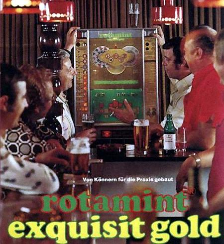 Werbung von NSM für das Geldspielgerät Exquisit Gold. Foto einer Kneipenszene. Text: 'Von Könnern für die Praxis gebaut. Rotamint Exquisit Gold'.