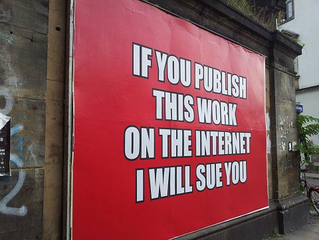 Plakat mit dem Aufdruck 'If you publish this work on the internet, I will sue you'