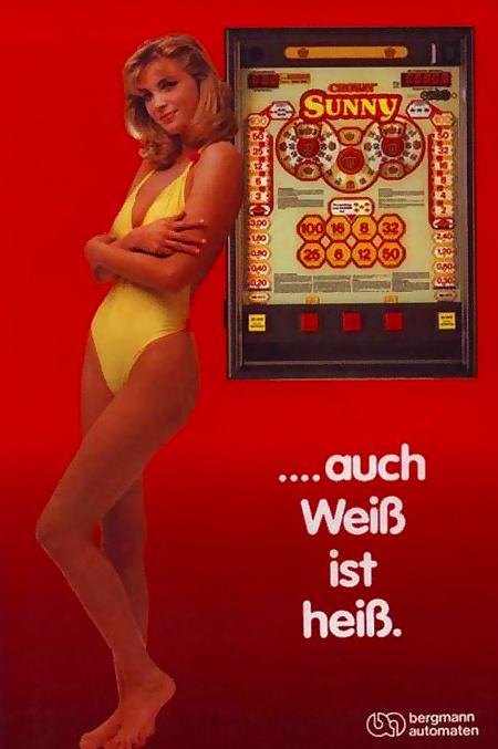 An Aufsteller gerichtete Werbung für das Bergmann-Geldspielgerät Crown Sunny aus dem Jahr 1986 mit spärlich bekleideter 'Zierfrau' und dem Claim 'Auch Weiß ist heiß'.