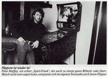 Flippern ist wieder in! Peter Maffay, ein echter 'Spiel-Freak', der auch zu einem guten Billard- oder Dart-Match nicht nein sagen kann, entspannt sich im eigenen Tonstudio am Löwen-Flipper