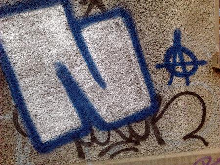 Graffito. Ein großes N neben einem kleinen Anarchie-Symbol.