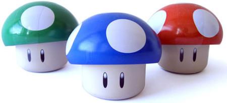 Ein grüner, ein blauer und ein roter Pilz aus Super Mario World