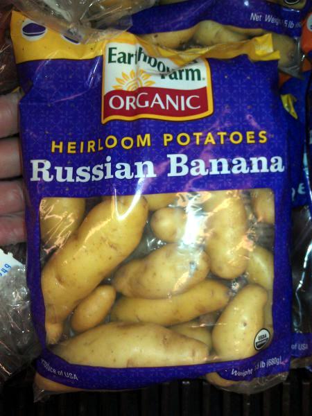 Ein Beutel Kartoffeln mit dem Aufdruck 'Heirloom Potatoes -- Russian Banana'