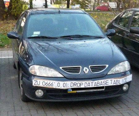 Auto mit einem sehr langen 'Kennzeichen', das eine Löschung der Datenbank über eine SQL Injection versucht