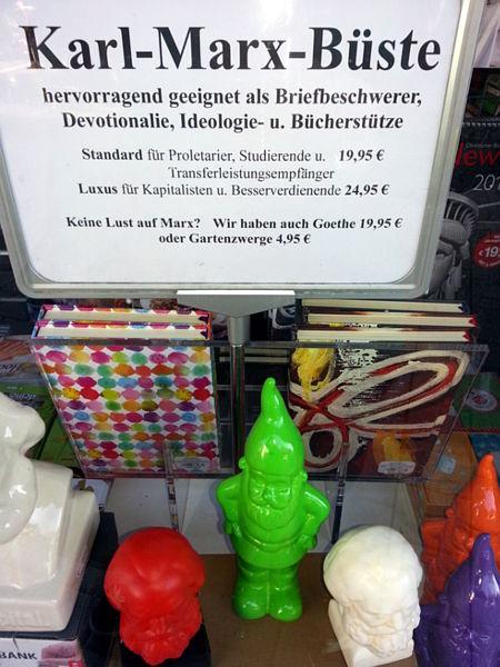 Karl-Marx-Büste -- hervorragend geeignet als Briefbeschwerer, Devotionalie, Ideologie- u. Bücherstütze -- Standard für Proletarier, Studierende u. Transferleistungsempfänger 19,95 € -- Luxus für Kapitalisten u. Besserverdienende 24,95 € -- Keine Lust auf Marx? Wir haben auch Goethe 19,95 € oder Gartenzwerge 4,95 €