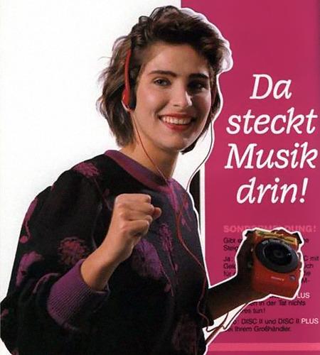 Werbung aus dem Jahr 1989 mit dem Claim 'Da steckt Musik drin', dazu hält eine Zierfrau einen damals üblichen (und recht teuren) mobilen CD-Player in den Text