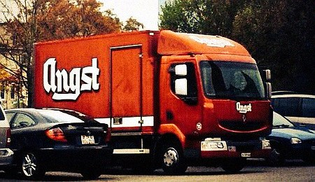 Lastwagen mit großer Aufschrift 'Angst'