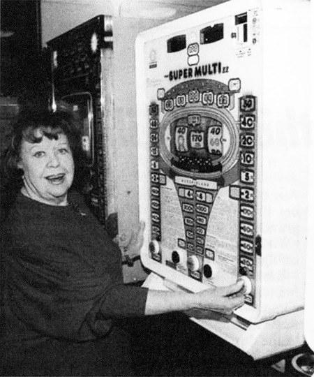 Pressefoto aus dem Jahr 1992, die Schauspielerin Brigitte Mira spielt an einem ADP-Geldspielgerät Super Multi II