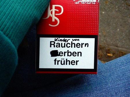 Gesundheitswarnung 'Raucher sterben früher' korrigiert zu 'Kinder von Rauchern erben früher'.