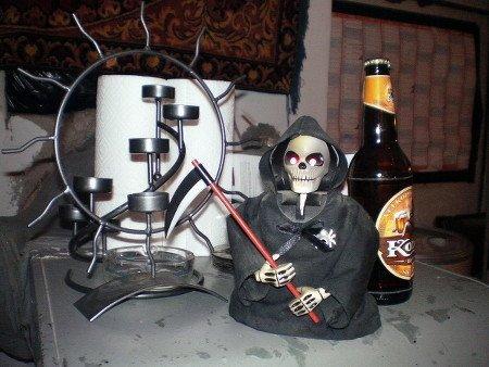 Kerze, Bier und Tod: Ein Stillleben