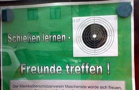Aushang vor einem Schützenverein: Schießen lernen, Freunde treffen!