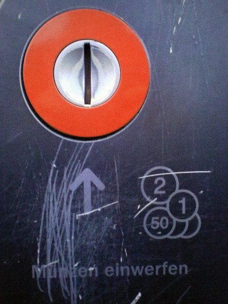 Kratzer um den Münzeinwurf eines Fahrkartenautomaten in Hannover