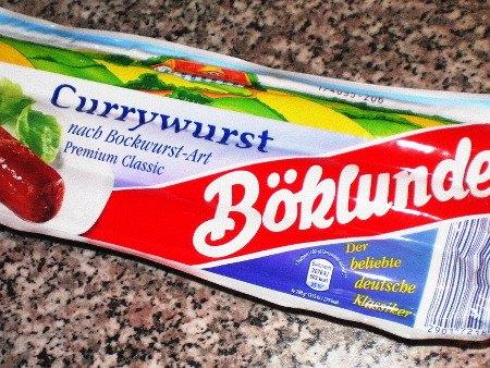 Currywurst-Verpackung mit Aufdruck 'Der beliebte deutsche Klassiker'