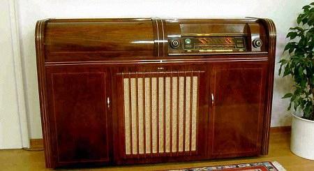 Ein monströses Radiomöbel aus den Fünfziger Jahren, liebevoll gepflegt und sehr gut erhalten