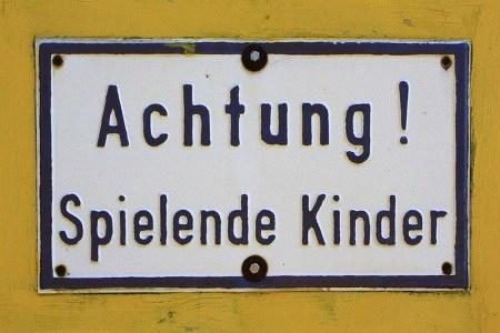 Schild mit der Aufschrift: 'Achtung! Spielende Kinder'