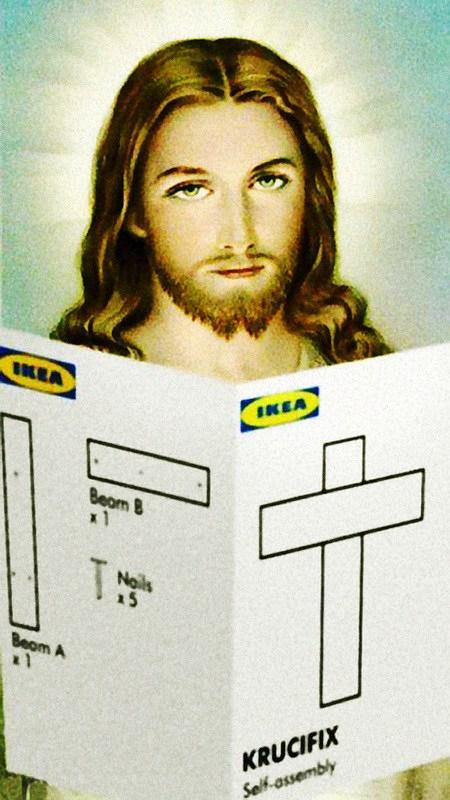Eine böse, blasphemische und satirische Bearbeitung einer Jesus-Ikone. Jesus hält eine Ikea-Bauanleitung für ein Kreuz in der Hand.