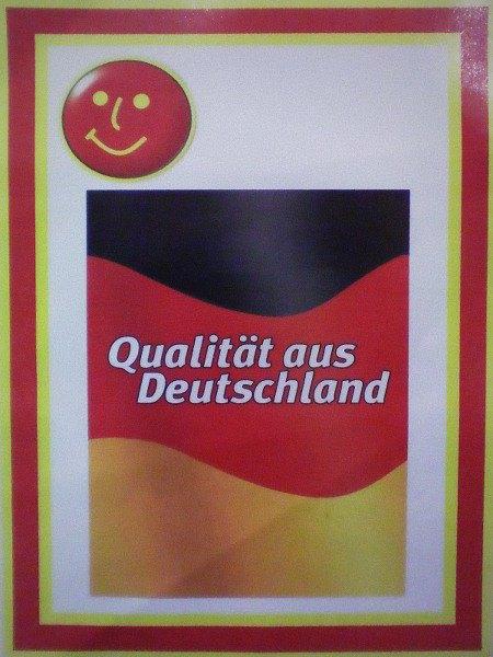 Anhänger an billigen Möbelstücken bei einem Möbelramscher: Qualität aus Deutschland