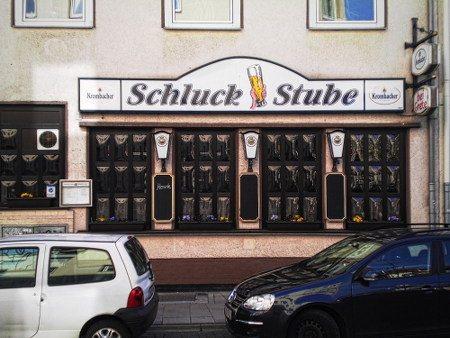 Eine Kneipe mit dem Namen 'Schluck Stube', der immerhin nicht über den Zweck dieses Etablissments hinwegtäuscht...