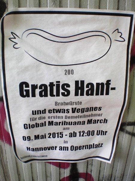 Schwarz plakatiertes Plakat an einem Telefonverteiler: 200 GRATIS HANF-Bratwürste und etwas Veganes für die ersten Demonstrationsteilnehmer GLOBAL MARIHUANA MARCH am 09. Mai ab 12:00 Uhr in Hannover am Opernplatz