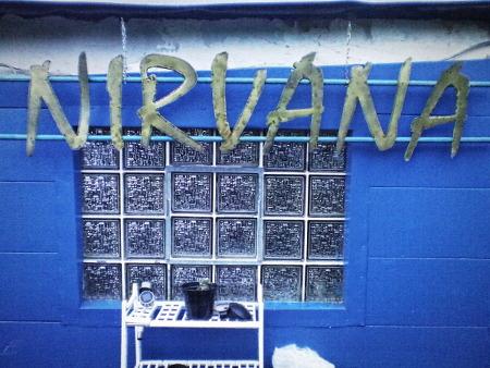 Schriftzug an einer blau gestrichenen Mauer: 'Nirvana'