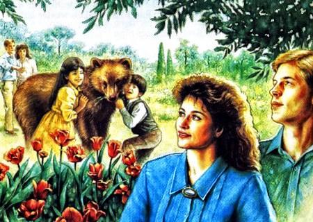 Detail aus einem 'Wachtturm': Im Hintergrund spielen zwei Kinder mit einem Braunbären