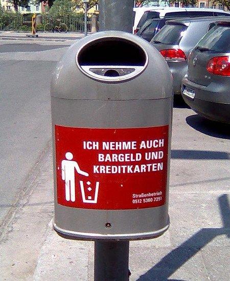 Mülltonne mit Aufkleber: Ich nehme auch Bargeld und Kreditkarten