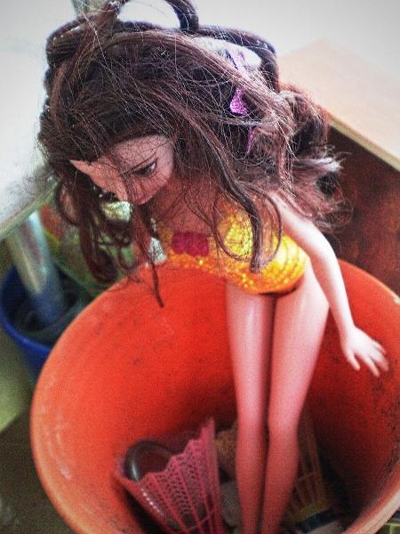 Eine achtlos abgelegte Puppe mit körperlichen Proportionen, die der Barbie-Puppe nachempfunden sind, in meinen Augen ist das ein recht gruseliger Anblick...