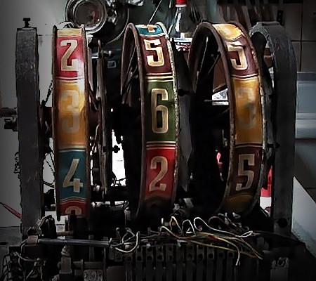 Stark beschädigter Walzenautomat des Geldspielgerätes 'Rex Rotor' von Wiegandt aus dem Jahr 1954