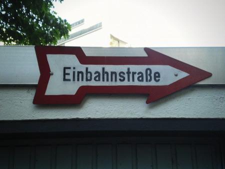 Verkehrszeichen 'Einbahnstraße', wie es vor fünfzig Jahren allgegenwärtig war. Dieses Exemplar hat sich irgendwie ins heute gerettet und ist wirklich gut erhalten.