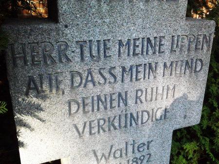 Inschrift auf einen Grabstein: Herr tue meine Lippen auf, dass mein Mund deinen Ruhm verkündige