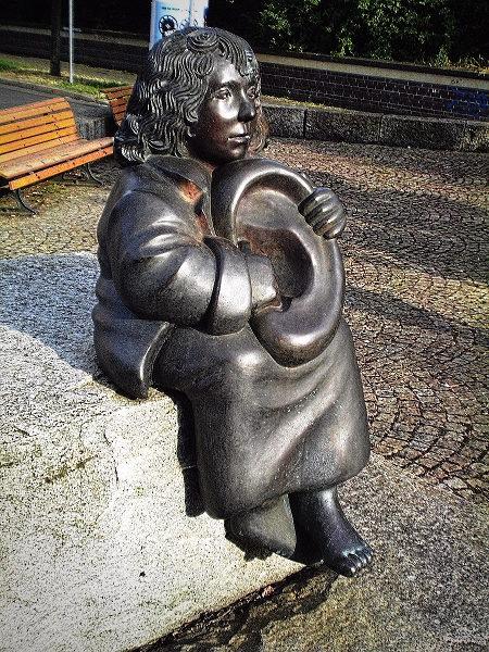 Skulptur in Hannover: Ein Junge hält ein übergroßes Ohr in seinen Händen