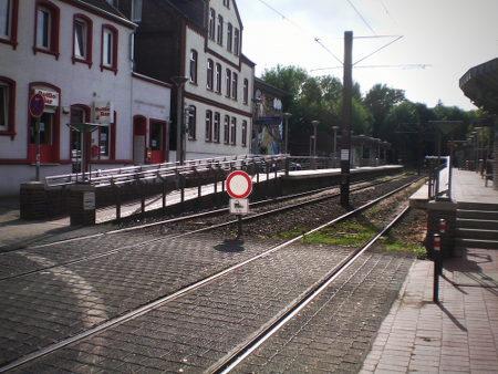 Absurdes Verkehrsschild vor einem Hochbahnsteig der hannöverschen Straßenbahnen: Durchfahrt verboten, Straßenbahn frei